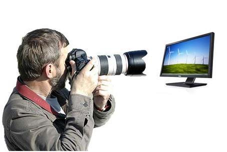 Мужик фотографирует монитор